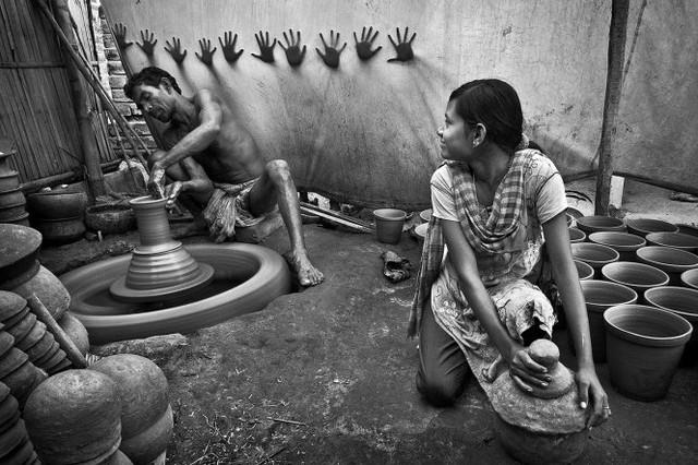 Làm gốm - tác phẩm đoạt giải Ba - Ảnh: Pranab Basak (Ấn Độ)