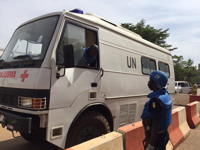 Xe cứu thương của Liên Hiệp Quốc ở gần khu vực khách sạn Radisson Blu