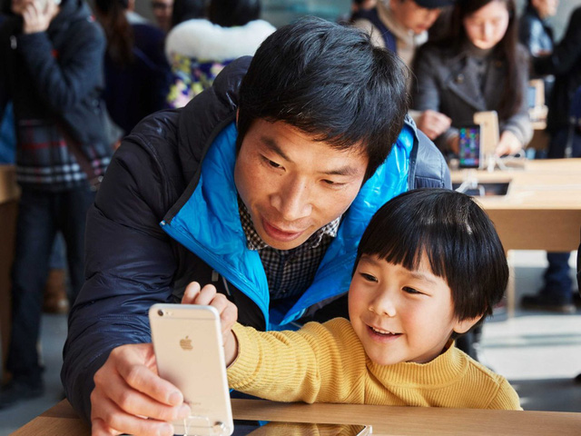 Hai cha con trải nghiệm chiếc iPhone mới