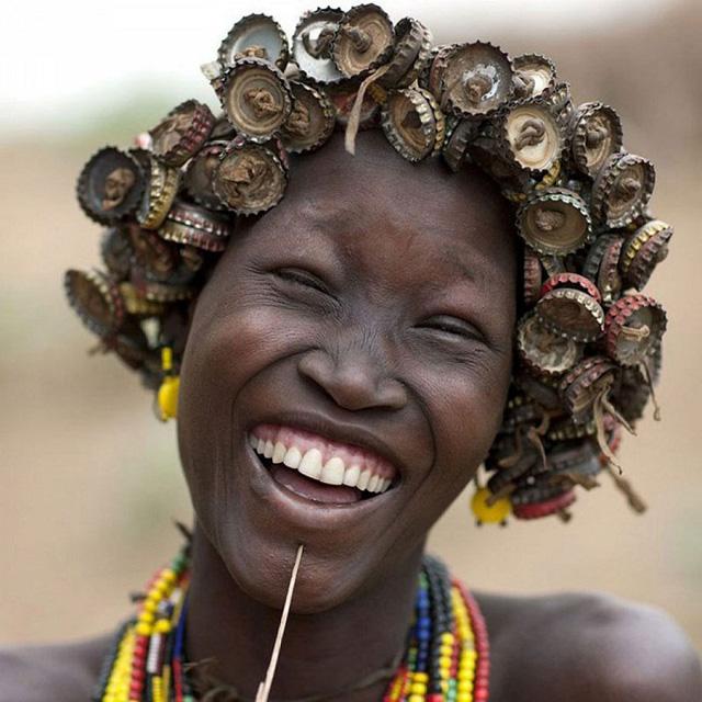 Cô gái của bộ lạc tươi cười với mái tóc nắp chai lạ và ấn tượng
