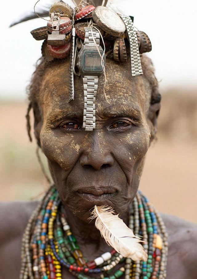 Dây đồng hồ được hô biến thành mái tóc của người đàn ông bộ lạc Daasanach