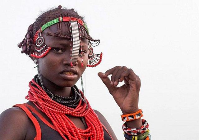 Những chiếc vòng đầy màu sắc cũng là phụ kiện yêu thích của phụ nữ nơi đây