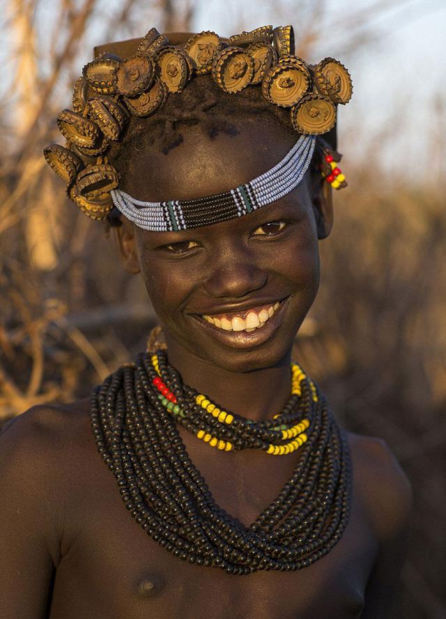 Những thổ dân của bộ lạc Daasanach rất hào hứng với việc tự sáng tạo nên những phong cách thời trang mới từ chính những vật liệu thường thấy hàng ngày.