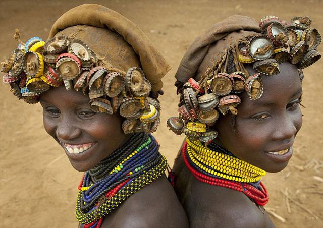 Những cô gái sẽ có bộ tóc đơn giản với nhiều nắp chai bện thành lọn