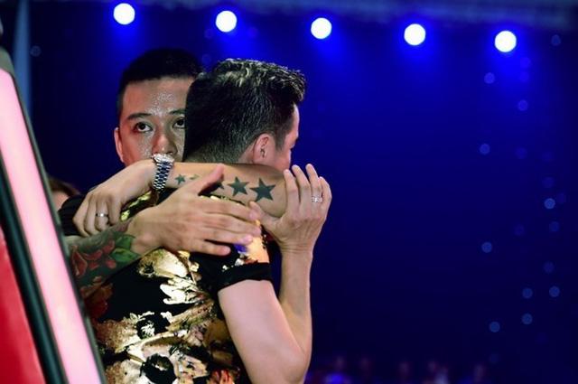 Tuấn Hưng ôm động viên Đàm Vĩnh Hưng khi phải đối mặt với sự lựa chọn khó khăn trong liveshow 6 Giọng hát Việt 2015 - Ảnh: BTC