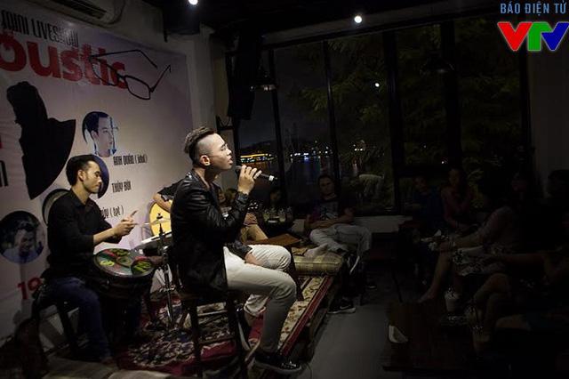 Đăng Quang mở màn với ca khúc Sẽ không còn nữa của ca sĩ Tuấn Hưng với chất giọng ngọt ngào.