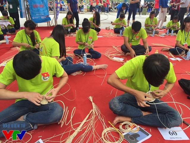 các bạn nam cũng rất khéo léo trong nghề đan lát.