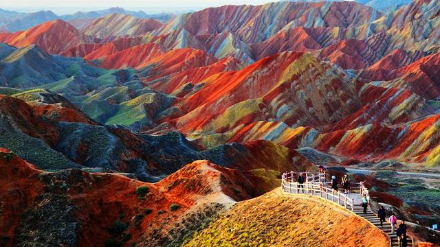 Công viên địa chất Zhangye Danxia ở tỉnh Cam Túc, Trung Quốc khiến du khách choáng ngợp bởi những dãy núi hùng vĩ ngập đầy màu sắc.