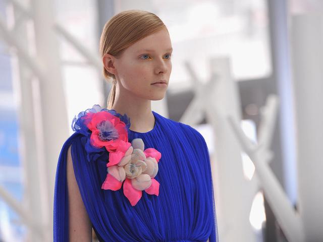 Họa tiết hoa cũng nổi bật trong trang phục màu sắc rực rỡ của Delpozo.