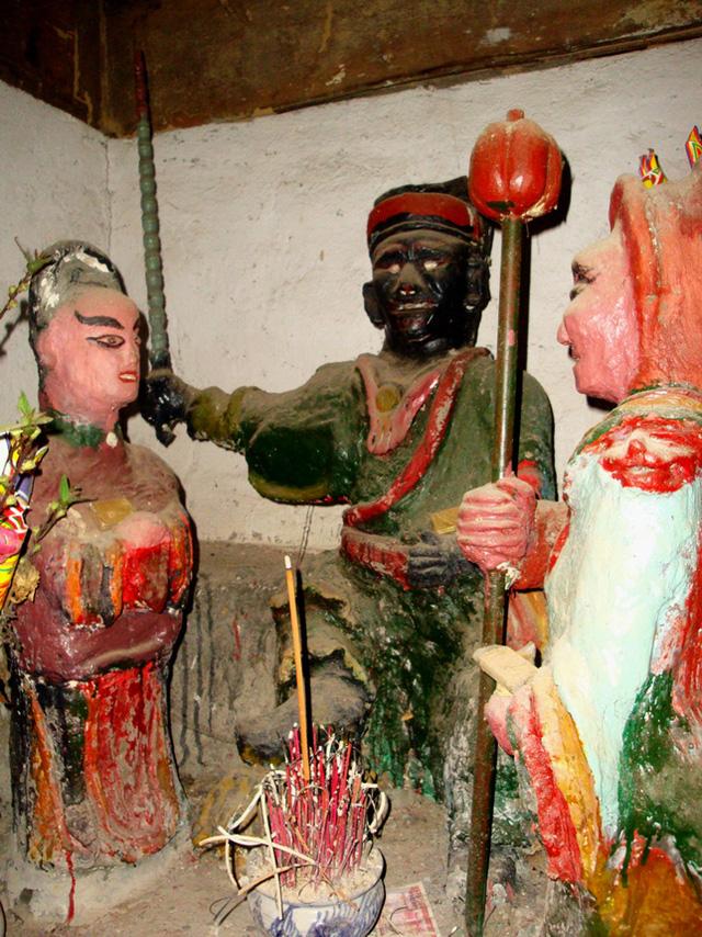 Cụm tượng thần Sấm bị hiểu nhầm là tượng thờ thần Thuốc phiện.