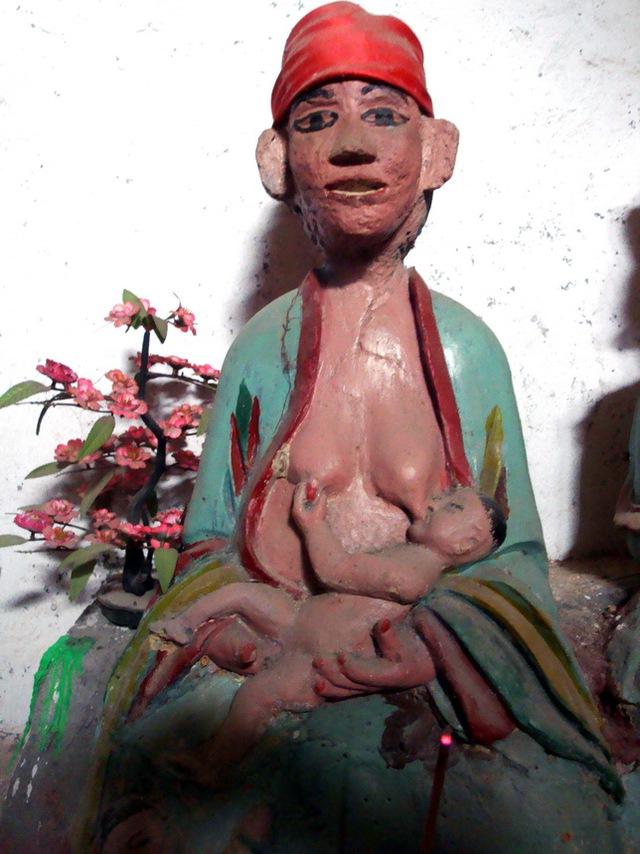 Bức tượng độc đáo, mẹ cho con bú, trên ban thờ đền Bản Luốc.