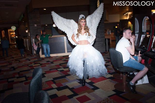 Người đẹp đến từ Đan Mạch lại gây bất ngờ khi hóa thân thành một thiên thần với bộ cánh trắng muốt.