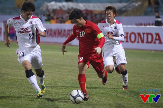 Công Phượng (đỏ) là tâm điểm trong các đợt tấn công của U23 Việt Nam.