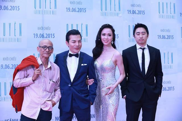 Các diễn viên chụp ảnh cùng nhà văn Nguyễn Văn Thọ, tác giả của cuốn tiểu thuyết Quyên