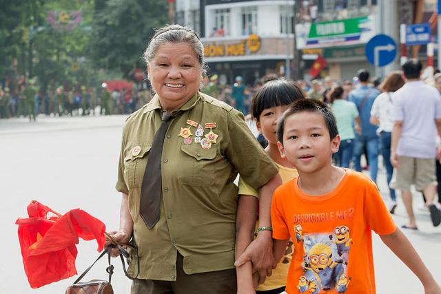 Những người từng là cựu binh tới theo dõi Lễ diễu binh, diễu hành cùng người nhà trong niềm hân hoan và ngập tràn cảm xúc.