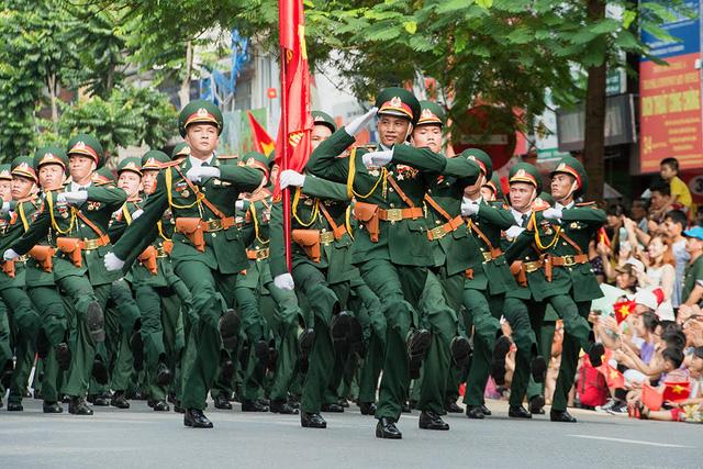 Đoàn pháo binh trên phố (Ảnh: Hải Thịnh)