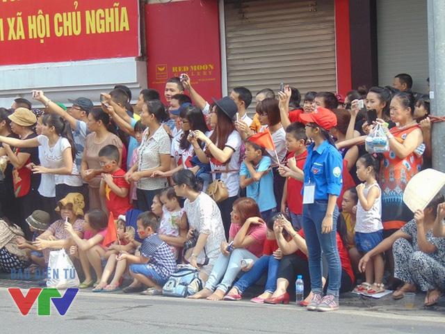 Người dân háo hức chờ đợi đoàn diễu binh