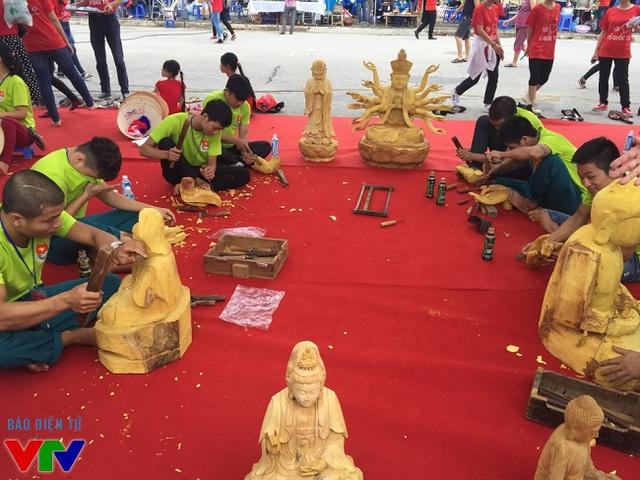 Các nghệ nhân điêu khắc đang tập trung khắc những bức tượng phật.
