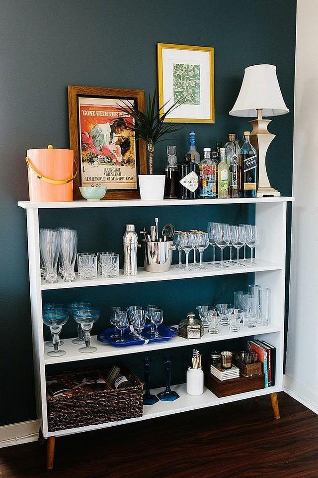 Nếu không có tủ riêng đựng chén tách, vậy hãy dùng một giá sách nhỏ.