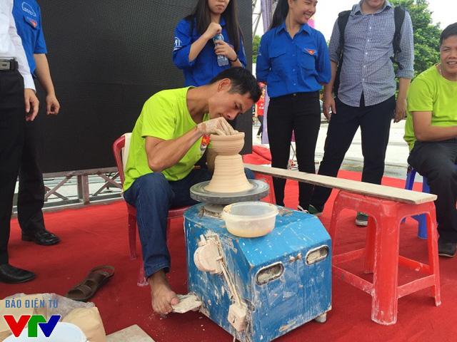 Nghệ nhân làm gốm đang tạo chiếc bình hoa.