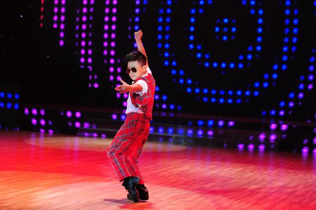 Long Khánh gây ấn tượng từ ngoại hình với vũ đạo.