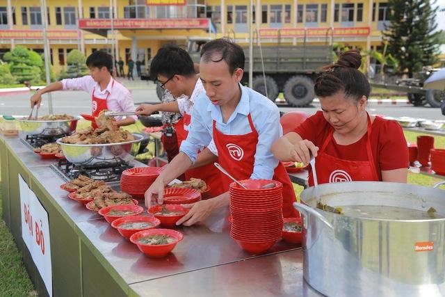 Đội Đỏ chuẩn bị món ăn để mang ra phục vụ các chiến sĩ.