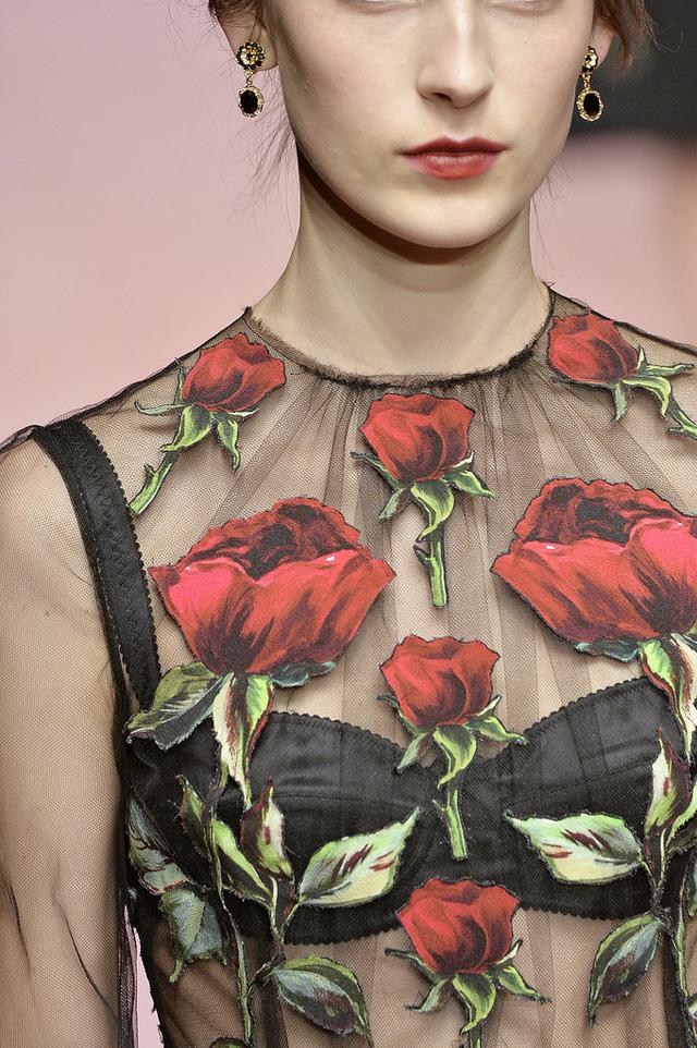 Trong đó, họa tiết hoa hồng xuất hiện rất nhiều trong BST.
