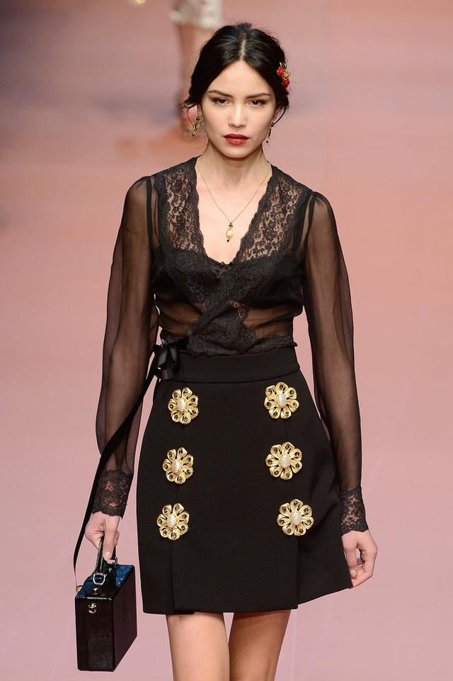 Hướng đến đối tượng là những phụ nữ có gia đình, Dolce & Gabbana ra mắt những BST floral mang phong cách cổ điển.