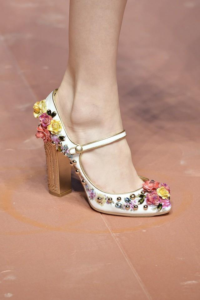 Không chỉ có trang phục floral, BST của Dolce & Gabbana còn có cả giầy hoa.