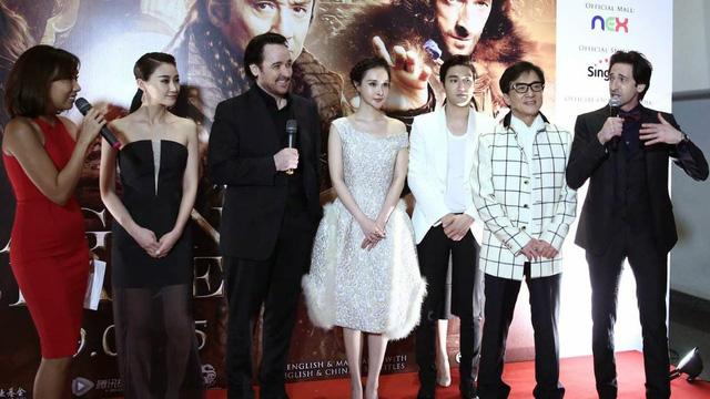 Thành Long và ê kip phim Dragon Blade tham dự một sự kiện quảng bá tại Singapore
