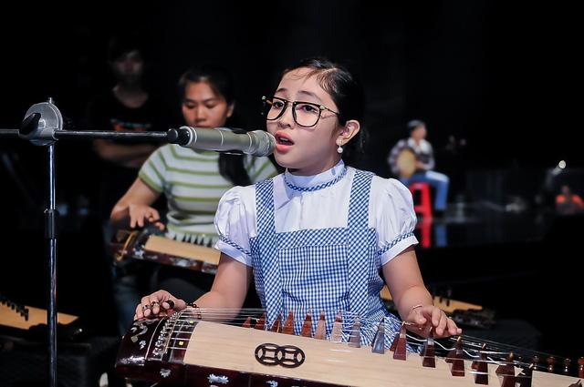 Trong tiết mục solo, Hồng Minh thể hiện khả năng đánh đàn tranh với 1 đoạn ngắn đầu bài. Màn trình diễn này được dàn dựng hoành tráng từ dàn nhạc, trang phục đến sân khấu.