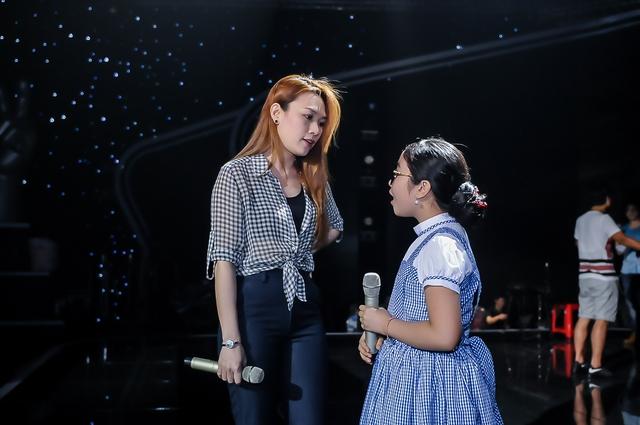 Hồng Minh là thí sinh nhỏ nhất top 3 và cũng đến từ Đà Nằng, đồng hương với Mỹ Tâm. Em chia sẻ sự vui mừng khi lần đầu tiên được hát cùng thần tượng.