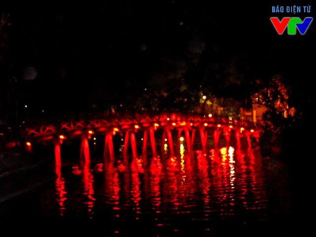 Cầu Thê Húc dẫn vào đền Ngọc Sơn đẹp lung linh về đêm, cùng với Tháp Rùa là những danh lam thắng cảnh nổi tiếng của Hà Nội