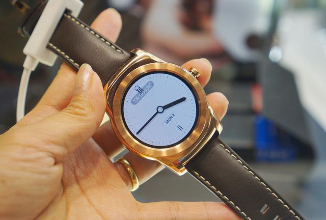 Sản phẩm được trang bị màn hình OLED 1,3 inch với dây đeo da tiêu chuẩn 22mm