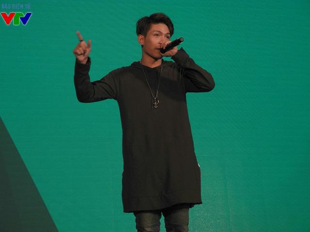 Khách mời tiếp theo được các bạn trẻ vô cùng đón chờ là chàng ca sĩ điển trai Kelvin Khánh.