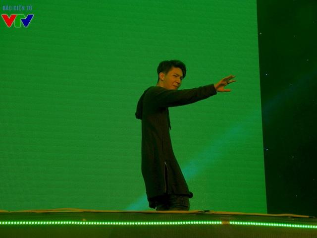 Biểu cảm khó đỡ của Kelvin Khánh khi chia tay fan hâm mộ, nhường lại sân khấu cho Khởi My.
