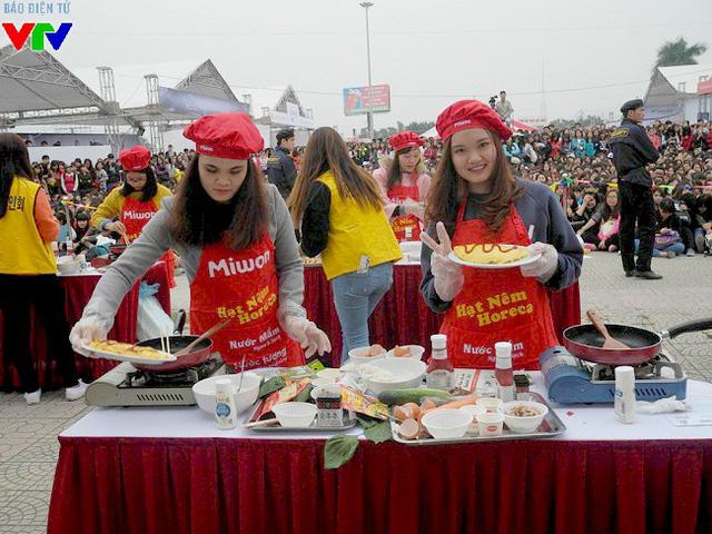 Cuộc thi nấu món ăn Hàn Quốc ở vị trí sân khấu nổi bật đã thu hút được rất nhiều khán giả theo dõi.