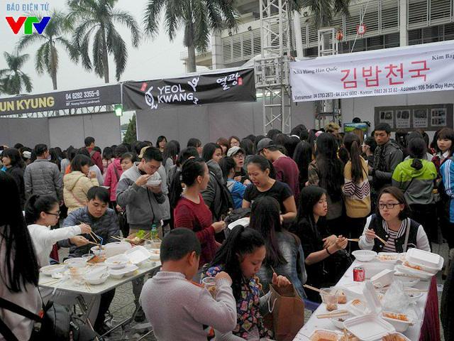 Hàng nghìn bạn trẻ Hà Nội đã đổ về SVĐ Quốc gia Mỹ Đình dịp cuối tuần để thưởng thức nhiều món ăn đặc sản của Hàn Quốc.