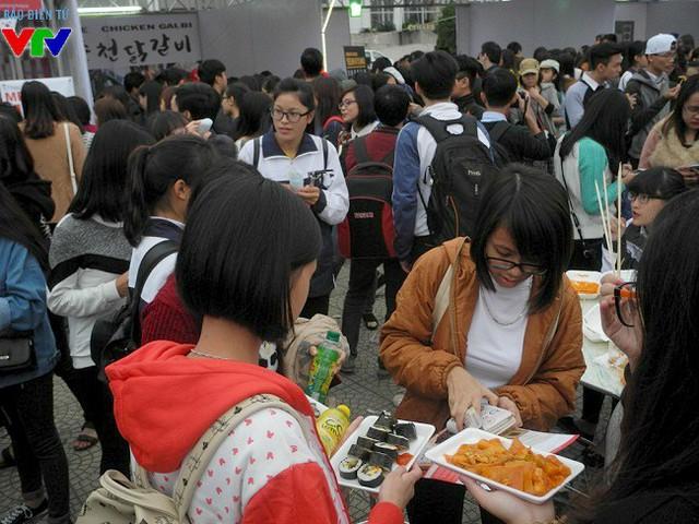Bánh gạo Tokbokki, gimbab là các món ăn Hàn Quốc được nhiều người lựa chọn.