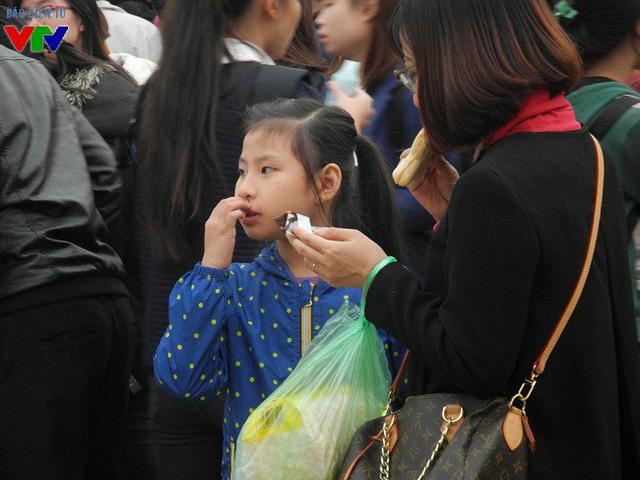 Không chỉ có các bạn trẻ, Lễ hội Văn hóa - ẩm thực Hàn Quốc còn thu hút nhiều em nhỏ đi cùng gia đình tới tham quan, mua sắm.