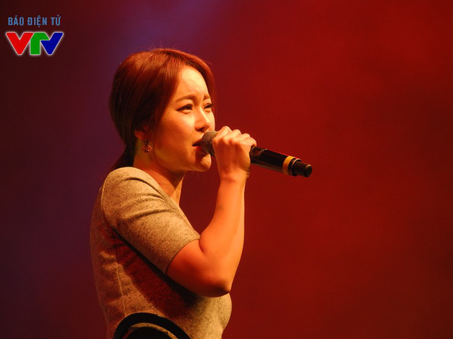 Nữ ca sĩ Baek Ji Young nhận được nhiều sự ủng hộ của khán giả ngay khi bước lên sân khấu