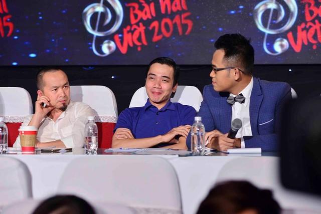 MC Đức Bảo trò chuyện với các thành viên của Hội đồng thẩm định tại Bài hát Việt tháng 11.
