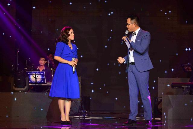 Đức Bảo trò chuyện trên sân khấu với ca sĩ Thùy Chi.