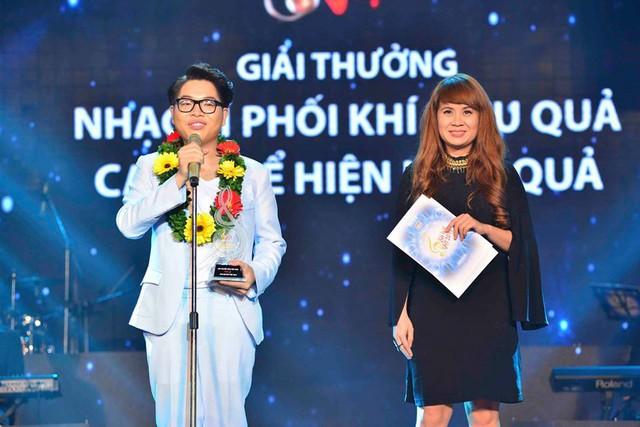 Đức Phúc nhận giải từ nhạc sĩ Lưu Thiên Hương.