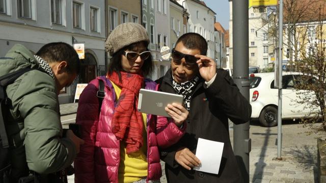 Nhà báo Lại Văn Sâm và nhà báo Tùng Chi bàn bạc kịch bản trong quá trình thực hiện chương trình Bài ca chiến thắng