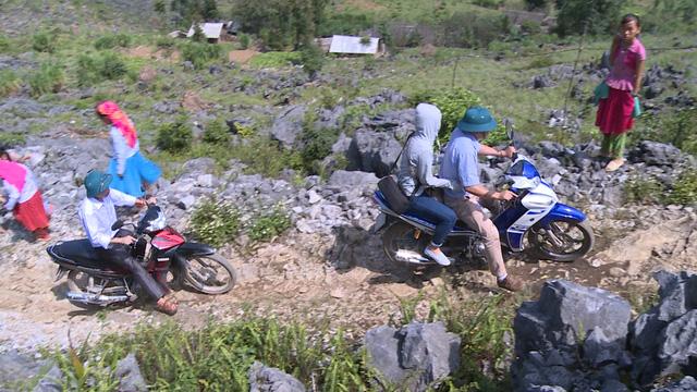 Các thành viên vượt qua chặng đường núi đá ở vùng sâu, vùng xa.