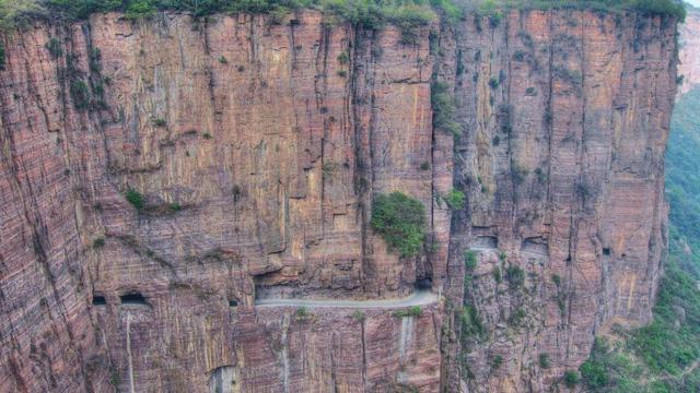 Đường hầm Guoling ở Trung Quốc vừa thú vị vừa dễ gây thót tim với nhiều người. Được chính thức hoạt động vào năm 1977, con đường này xuyên qua rìa núi, dẫn đến ngôi làng Guoling hẻo lánh.