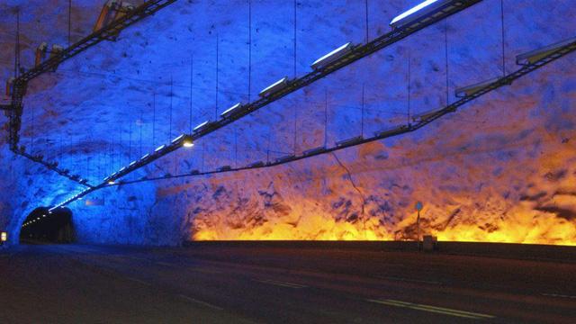 Đường hầm Laerdal ở Na Uy là một hang đá rộng lớn, chính thức đi vào hoạt động từ năm 2000, trở thành con đường nối liền giữa vùng Aurland và Laerdal.