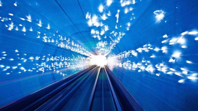 Nhiều người không khỏi ngỡ ngàng khi có cảm giác như lạc bước vào thế giới kỳ ảo trong đường hầm Bund Sightseeing ở thành phố Thượng Hải (Trung Quốc).