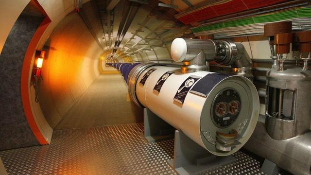 Được xây dựng bởi Tổ chức Nghiên cứu hạt nhân châu Âu, đường hầm Hadron Collider nằm gần Geneva (Thụy Sĩ), là nơi để các nhà khoa học tiến hành nhiều nghiên cứu về vũ trụ.